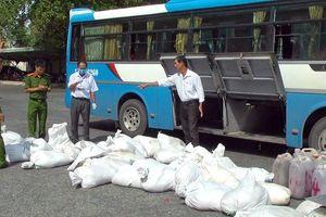 Xe khách vận chuyển gần 2 tấn huyết lợn không rõ nguồn gốc