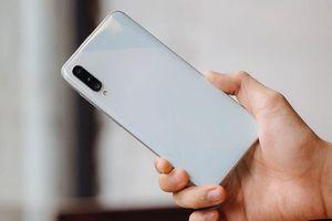 Điện thoại hạng sang xả kho cuối năm, nhiều mẫu giảm giá sốc 50%