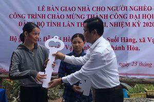 Trao 10 căn nhà cho hộ nghèo huyện Vạn Ninh