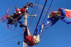 'Ông già Noel' nhảy dù, bị mắc vào đường dây điện, khiến cả một khu vực phải chịu mất điện