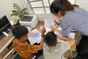 'Ông già Noel' giữa đời thực: Mở lớp học miễn phí cho 4 em nhỏ bán ve chai