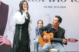 Hồng Nhung hát 'Em đi giữa biển vàng'