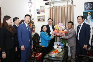 Bí thư Thành ủy Vương Đình Huệ thăm, chúc mừng Giáng sinh tại huyện Phú Xuyên