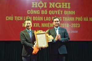 Ông Nguyễn Phi Thường nhận Quyết định là Chủ tịch Liên đoàn Lao động thành phố Hà Nội