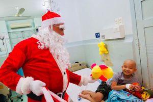 Theo chân ông già Noel mang niềm vui đến các em bệnh nhi