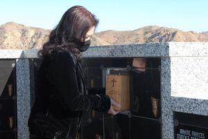 Vợ ôm chặt tro cốt nghệ sĩ Chí Tài và tự tay đặt vào nơi an nghỉ cuối cùng