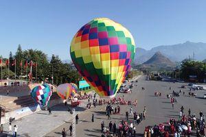 Lai Châu: Hút khách du lịch với hoạt động dù lượn và bay khinh khí cầu