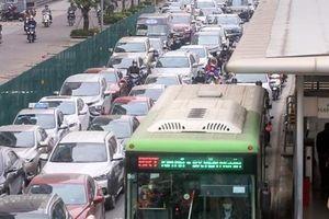 Hà Nội: Ngao ngán nhích từng centimet qua khu vực thi công hầm chui Lê Văn Lương