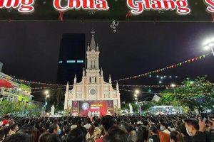 Thời tiết đẹp, người dân Đà Nẵng đổ ra đường đón Giáng sinh