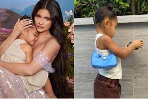 Con gái Kylie Jenner đeo túi Prada 1.390 USD
