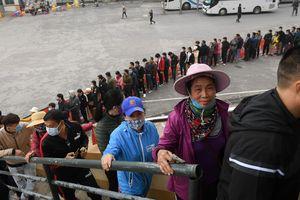 Người hâm mộ xếp hàng dài mua vé xem thầy trò Park Hang-seo