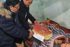 'Mai Vàng nhân ái' thăm, tặng quà các văn nghệ sĩ ở Quảng Bình