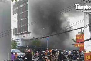 Sau tiếng nổ lớn, quán hải sản bùng cháy dữ dội