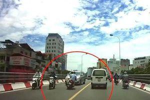 Tai nạn giao thông chiều 25/12: Vượt ẩu trên cầu, xe chở rác 'đụng' ngay CSGT