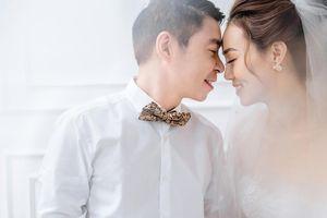 Công Lý và vợ trẻ kém 15 tuổi khoe nhẫn cưới tình tứ gây sốt MXH