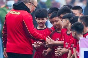 HLV Park Hang-seo cười hiền, 'gây thương nhớ' khi vui đùa cùng fan nhí trên sân Việt Trì