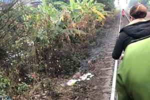 Xót xa phát hiện thi thể bé trai sơ sinh đang phân hủy cạnh đường tàu