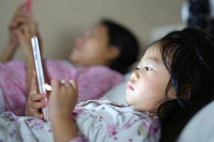Báo động tỷ lệ trẻ 1 - 3 tuổi 'nghiện' điện thoại