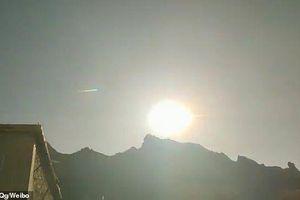 Khoảnh khắc vật thể bay chưa xác định rơi trên bầu trời Trung Quốc
