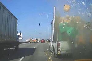 Xe bán tải ép ôtô vào dải phân cách