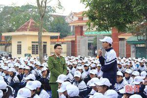1.300 học sinh Lộc Hà ký cam kết không sử dụng pháo và vật liệu nổ