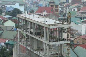 Nhà giữa lòng thành phố 'mọc' thêm 2 tầng mới bị phát hiện