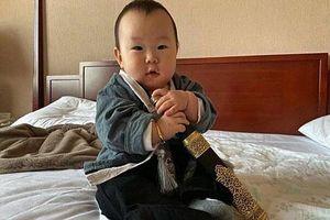 Trương Kỷ Trung tặng con gái thanh kiếm trong tiệc 100 ngày tuổi