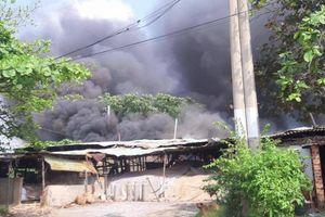 Nữ chủ xưởng ngất xỉu khi xưởng gỗ hàng trăm m2 bốc cháy dữ dội