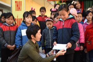 Xua bớt giá lạnh mùa đông cho trẻ em ở Hồ Thầu