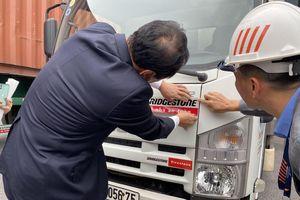 Bridgestones Việt Nam tặng 10.000 đề can phản quang để lái xe an toàn hơn