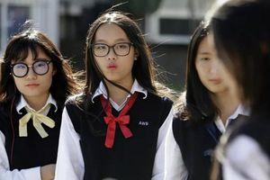 TQ: Cô giáo thành 'ngôi sao' vì kiểm tra quần lót ấm của học sinh