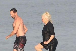 'Người sói' Hugh Jackman cởi trần, ôm hôn vợ tình tứ trên biển