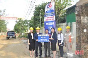 Điện lực Hà Tĩnh trao tặng 'Đường điện thắp sáng làng quê'