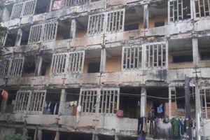 Cưỡng chế các hộ dân 'bám' chung cư Quang Trung sắp sập chờ đền bù