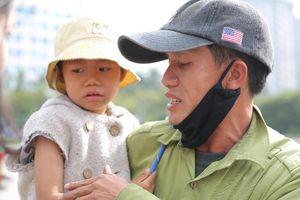 Gia cảnh bần hàn của người cha đưa con gái nhỏ 4 tuổi gãy tay mưu sinh trên vỉa hè Hà Nội