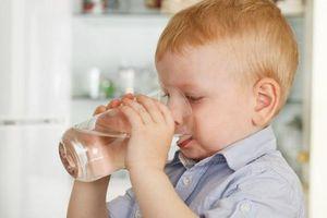 Vì sao bị tay chân miệng dễ gây mất nước? Làm cách nào để bù lại?
