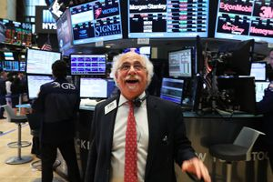 Giới đầu tư vui mừng, ồ ạt xuống tiền gom cổ phiếu