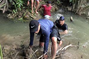 Cảnh sát ngâm mình vây sòng bạc giữa đầm lầy ở Đồng Nai