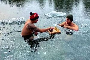 Du khách đánh cờ dưới hồ nước đóng băng