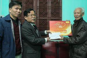 'Mai Vàng nhân ái' thăm, tặng quà nhà văn, nhà báo Tạ Kim Hùng