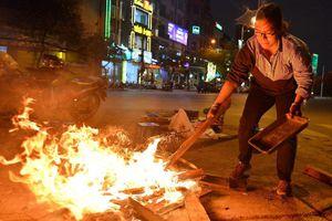 Đốt lửa trên đường sưởi ấm có vi phạm pháp luật?