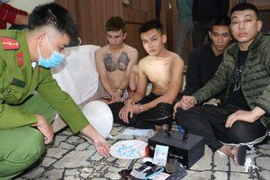 Phát hiện nhóm nam thanh nữ tú mang 'đồ' thuê khách sạn hạng sang để 'bay lắc'