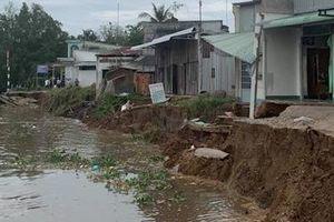Sạt lở đất bờ sông 'ăn' vào sát nhà dân ở Trà Ôn
