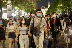 Hàng ngàn người đổ về phố Nguyễn Huệ chào năm mới