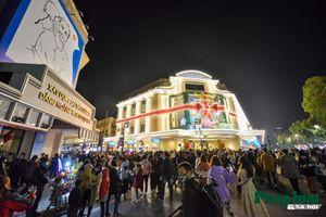 Hàng vạn người đổ về trung tâm Thủ đô đón năm mới 2021
