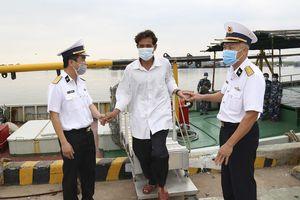 Cứu nạn và đưa 14 ngư dân gặp nạn tại Quần đảo Trường Sa về đất liền an toàn