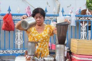 5 giờ sáng trải nghiệm 'cà phê vợt' gần nửa thế kỷ vẫn hút khách ở Tây Đô
