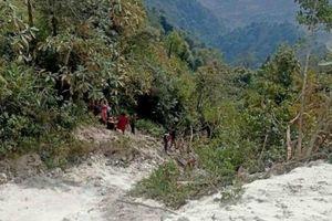 Sơn La: Xe tải mất lái lao xuống vực, 2 người thương vong