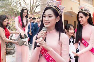 Hoa hậu Đỗ Thị Hà diện áo dài nền nã trao học bổng cho học sinh khó khăn tại quê hương Thanh Hóa