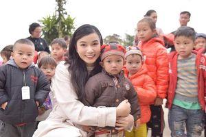 Lương Giang mang áo ấm đến với học sinh vùng cao